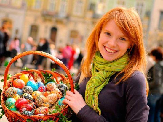 Ukrainian women celebrate Easter with their family